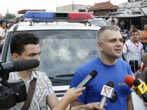 Comsiarul Christian Ciocan, fata umana a politiei, intr-o razie la Complexul Europa - foto Mediafax