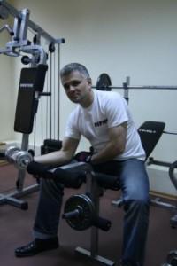 Christian Ciocan, antrenandu-se in sala de forta din propriul birou