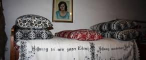 Patul care asteapta musafiri in casa Gerdei din Viscri