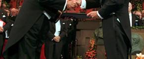 Saramago, primind premiul Nobel din mainile regelui Suediei