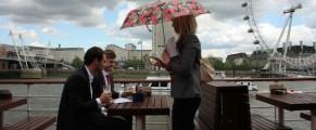 Niste englezi bautori care nu se lasa speriati de o ploicica