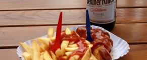 Chilliwurst cu cartofi prajiti si bere