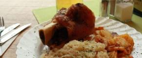 schweinshaxe mit sauerkraut und kartoffeln