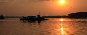 Trecea un bac pe Dunare, la Ostrov