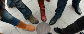Picioarele catorva bursieri, la zidul Berlinului
