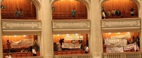 Protestul cu cearceafuri introduse fraudulos în Parlament