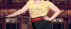 Jenny, o bibliotecară de școală nouă, în America ;) - poza e de aici: http://talesfromanopenbook.wordpress.com/2008/09/28/dusty-librarians-no-more/