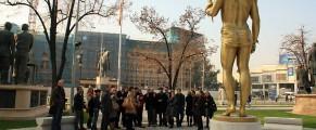 Prometeu, turiștii și clădirea parlamentului în plan secund