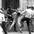 De ce bate poliția