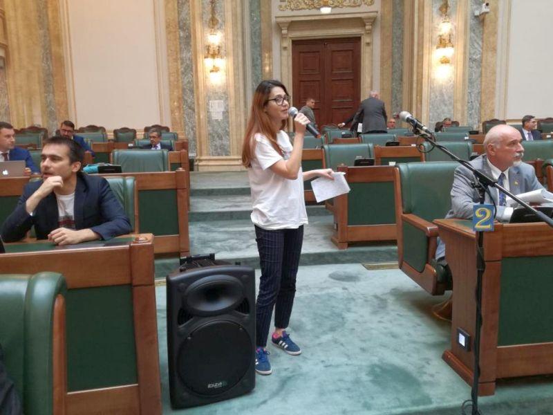 Florina Presadă ajutându-se de o boxă adusă de colegi după ce PSD i-a tăiat microfonul